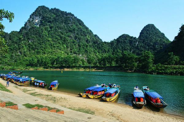Sông Son nằm bên hũu ngạn sông Gianh, cầu Bắc qua sông Son là cầu Sông Son. Có hai truyền thuyết về con sông này. Ảnh: Nguyễn Hoàng.