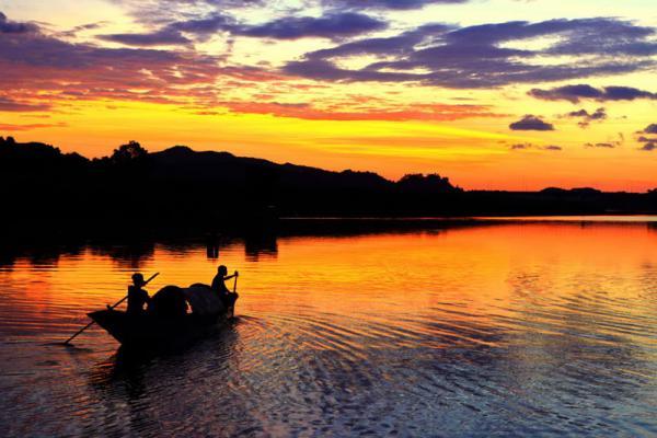 Tuy nhiên, nhiều người địa phương nói rằng gọi là sông Son vì vào mùa mưa lũ, nước sông rất đỏ. Ảnh: Quoc Trung.