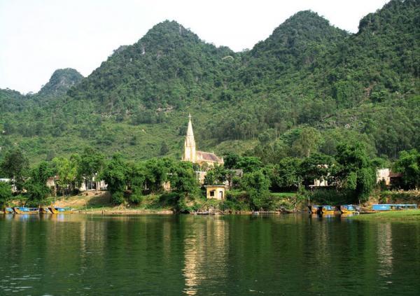 Du khách có dịp đến đây tham quan sẽ cảm nhận được vẻ đẹp của dòng sông từ màu nước, ngọn núi đến thắng cảnh đôi bờ. Ảnh: Dần Lê.