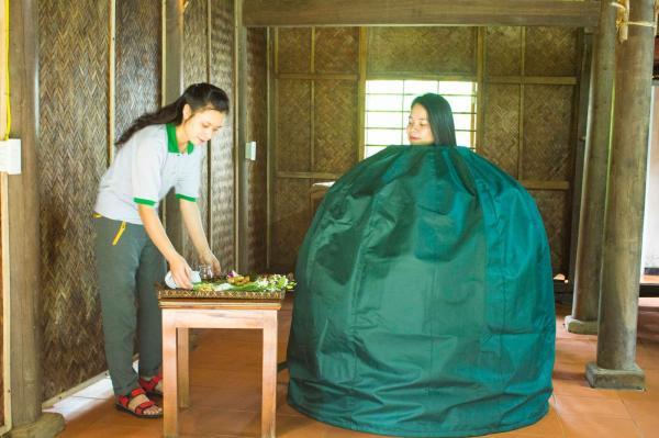 Du khách trải nghiệm xông hơi bằng trà xanh. (Nguồn: danviet.vn)