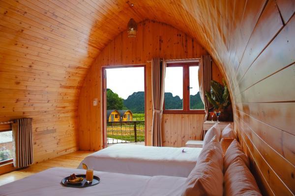 Từ các căn nhà được ốp gỗ, bạn có thể nhìn ra một không gian xanh mướt mát, tận hưởng không gian yên bình. (Nguồn: Huyền Thanh)