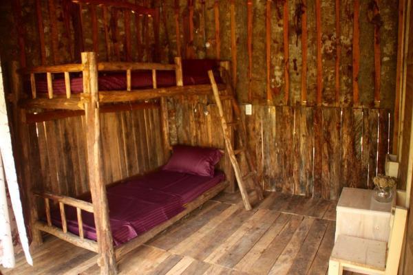 Một căn phòng gọn gàng, xinh xắn bằng gỗ phù hợp cho bạn nào du lịch bụi. (Nguồn: tripnow.vn)