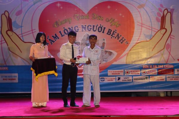 Bệnh nhân Phạm Hữu Anh đang điều trị tại bệnh viện được tặng quà trong buổi giao lưu của chương trình.