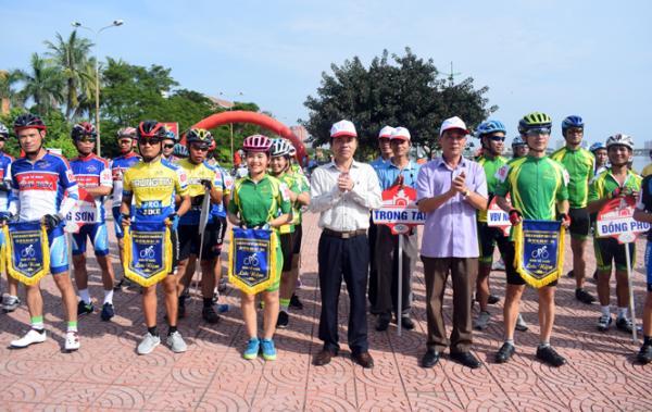 Lãnh đạo TP. Đồng Hới trao cờ lưu niệm cho các đội tham gia giải đua xe đạp Đại hội TDTT thành phố lần thứ VIII năm 2017