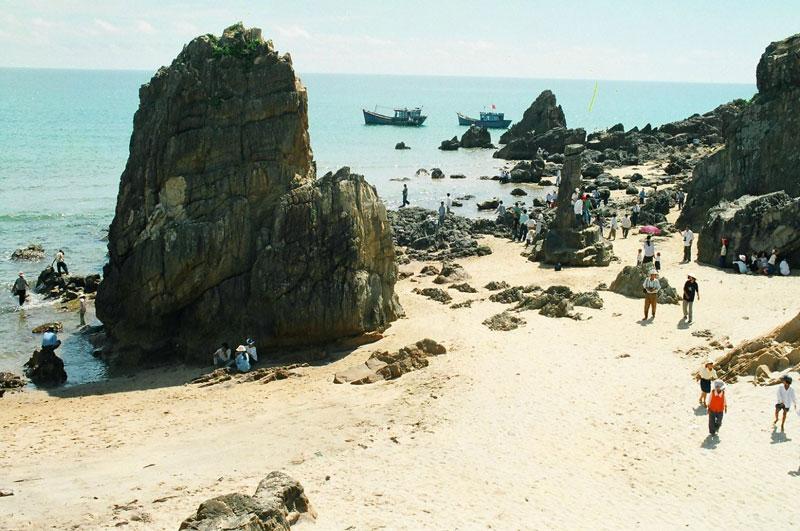 Gần bãi biển có một khu du tập trung các dịch vụ nghỉ dưỡng đang phát triển, bạn nên ghé qua đó để tự thưởng thức hải sản do chính người dân Quảng Bình chế biến, rất ngon và đặc trưng. Ảnh: Imgur.