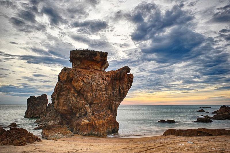 Bãi Đá Nhảy nằm cách trung tâm thành phố Đồng Hới khoảng 30 km, thuộc địa phận 2 xã Hải Trạch và Thanh Trạch, huyện Bố Trạch, tỉnh Quảng Bình. Ảnh: NQA.