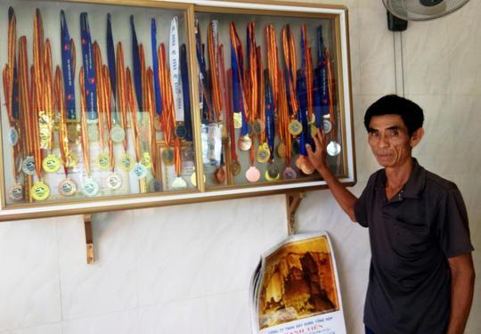 Ông Nguyễn Văn Vinh, bố vận động viên Nguyễn Huy Hoàng, tự hào về thành tích của con
