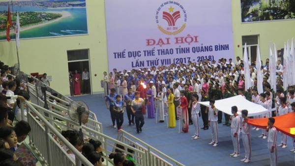 Ngọn lửa truyền thống được các VĐV xuất sắc rước từ Bảo tàng tổng hợp tỉnh về lễ đài.