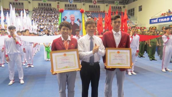 Đồng chí Nguyễn Hữu Hoài, Chủ tịch UBND tỉnh trao bằng khen cho VĐV Nguyễn Huy Hoàng và Hoàng Thị Ngọc.