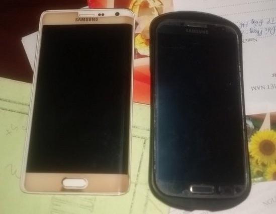 Hai chiếc smart phone đối tượng Mưng trộm của chủ nhà. (Ảnh: CAQB)