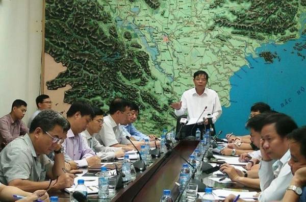 Bộ trưởng Bộ NN&PTNT Nguyễn Xuân Cường chủ trì cuộc họp khẩn với các ngành địa phương đối phó bão. Ảnh: Đ. TRUNG