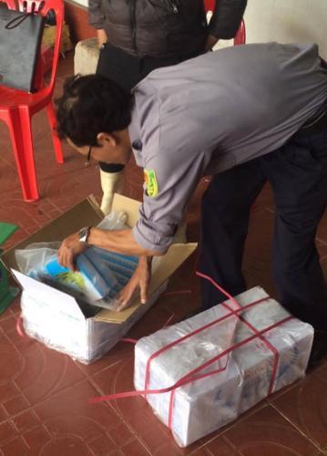 Đoàn kiểm tra thực hiện lấy mẫu để giám sát tại một cơ sở thu mua, bảo quản, kinh doanh thủy hải sản.