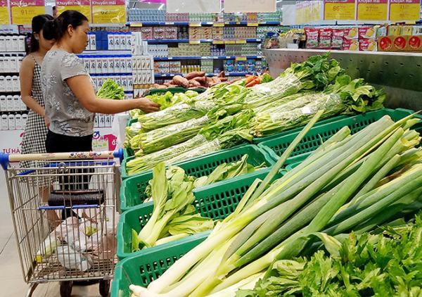 Người tiêu dùng lựa chọn nông sản có nguồn gốc xuất xứ ở Siêu thị Co.opmart Quảng Bình.