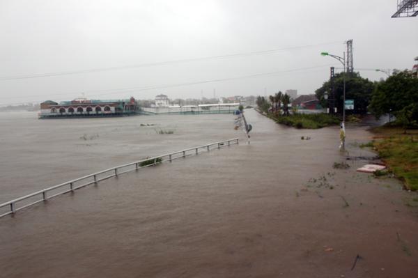 Mưa lớn làm nước sông Nhật Lệ dâng cao. (Nguồn: Báo Quảng Bình).
