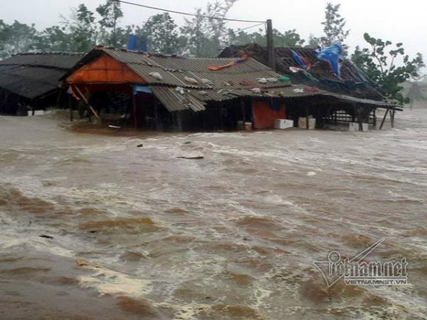 Hàng chục quán xá cạnh cảng Cửa Sót, Hà Tĩnh bị sóng cuốn trôi, đánh chìm. (Nguồn: Vietnamnet)