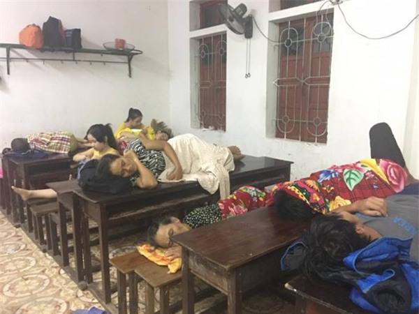 500 người dân đang trú bão tại trường THPT huyện Cẩm Xuyên, Hà Tĩnh. (Ảnh: Giadinh.net.vn)