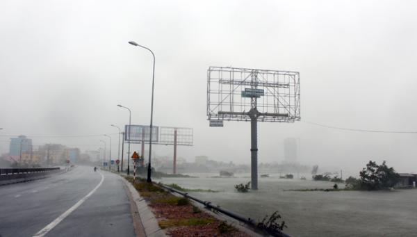 Cầu Dài chìm trong mưa bão.