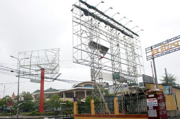 Hệ thống biển quảng cáo tại chợ Ga, Nam Lý chỉ còn trơ lại bộ khung.