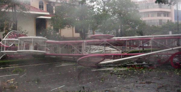 Công chào bằng sắt trên đường Lý Thường Kiệt gần kho bạc Nhà nước bị bão xô sập.