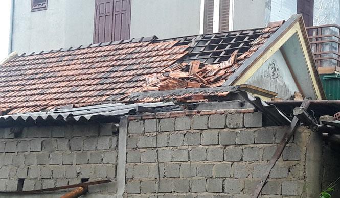 Nhiều nhà dân bị tốc mái do bão số 10.