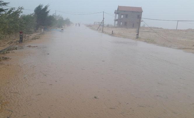 Hàng trăm mét đường từ xã Đại Trạch đi Nhân Trạch bị cát vùi lấp hơn 10cm