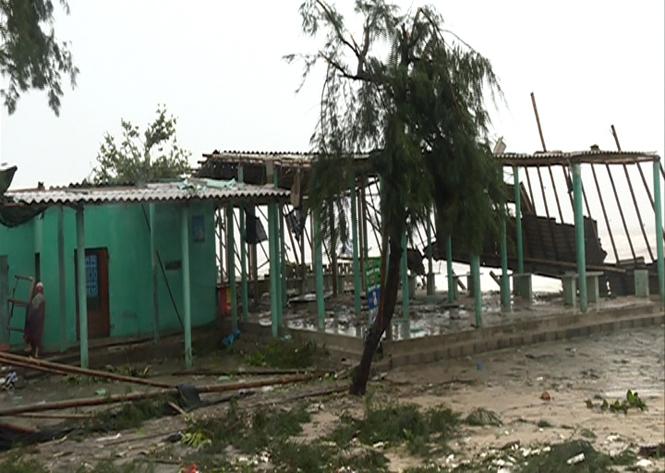 Nhiều ngôi nhà bị tốc mái nặng