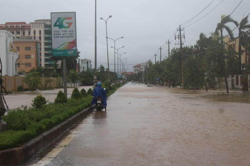 Nhiều tuyến đường tại TP Đồng Hới bị ngập, lực lượng chức năng phải lập chốt chặn các phương tiện giao thông.Ảnh: Nguyễn Do