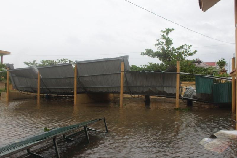 Một số công trình công cộng, trường học bị đổ sập.Ảnh: Nguyễn Do