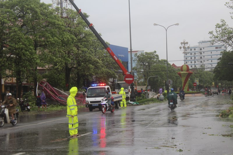 Lực lượng chức năng chặn một số tuyến đường tại thành phố Đồng Hới để thu dọn những vật bị đổ gãy ngăn cản trên đường.Ảnh: Nguyễn Do