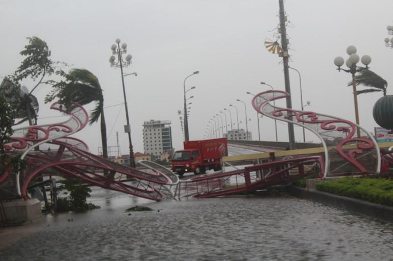 Tại TP Đồng Hới có hai cổng chào trang trí bị đổ gãy, chặn ngang đường.Ảnh: Nguyễn Do