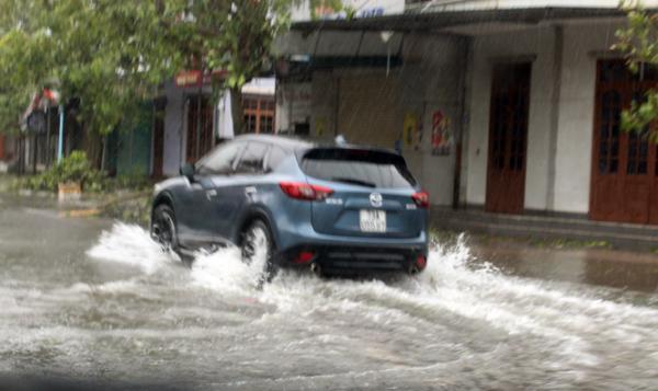 Cho đến chiều 15/9, nhiều tuyến phố trên địa bàn Đồng Hới vẫn bị ngập nước.