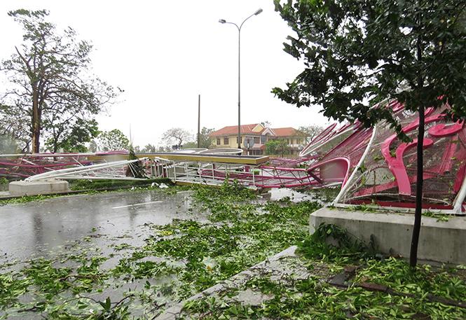 Cổng chào trên đường Lý Thường Kiệt, TP. Đồng Hới (gần Chi nhánh NHNN tỉnh) bị gãy đổ hoàn toàn.