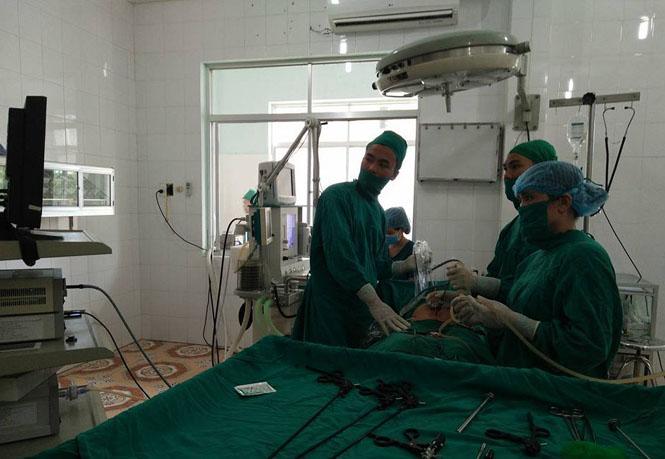 Cán bộ y tế bệnh viện đang phẫu thuật cấp cứu người bệnh trong tâm bão.