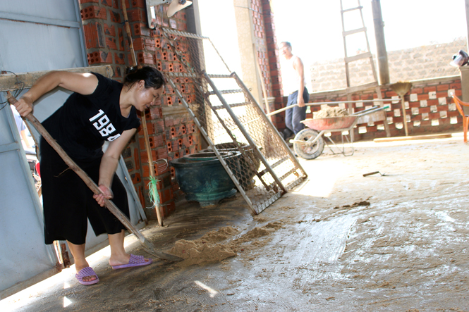 Dọn vệ sinh nhà cửa, sau khi bị cát tràn vào.