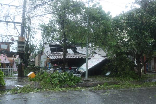Một cửa hàng kinh doanh ở thị trấn Đồng Lê bị tốc mái.