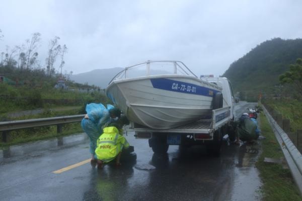Chiều 15-9, lực lượng Công an huyện Tuyên Hoá điều động thêm ca nô túc trực đề phòng lũ lụt sau bão số 10.