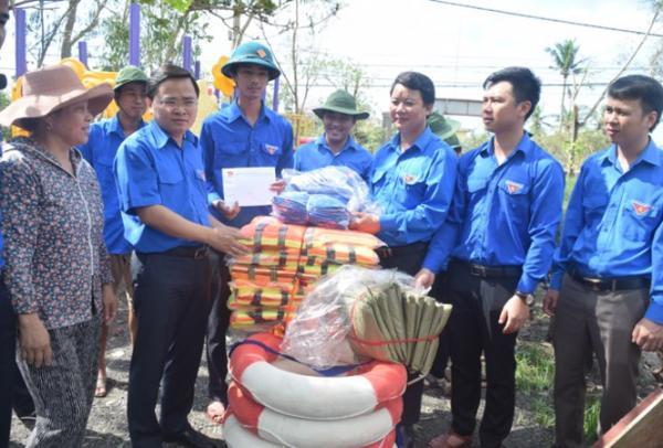 Bí thư Trung ương Đoàn trao quà cho Đội TNXK khắc phục hậu quả thiên tai phường Quảng Phúc.