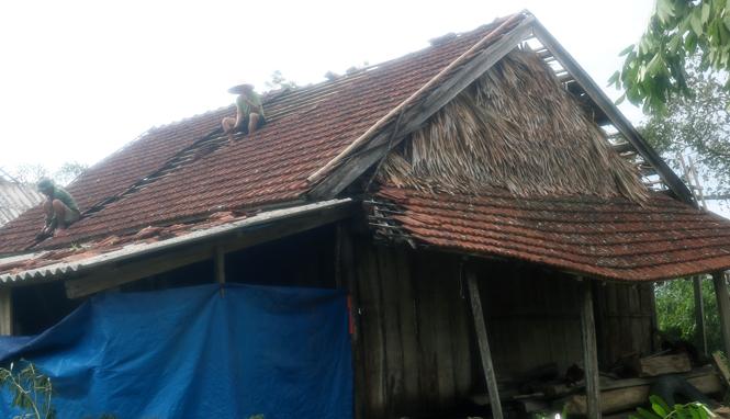 Người dân Tuyên Hoá giúp nhau lợp lại mái nhà sau bão