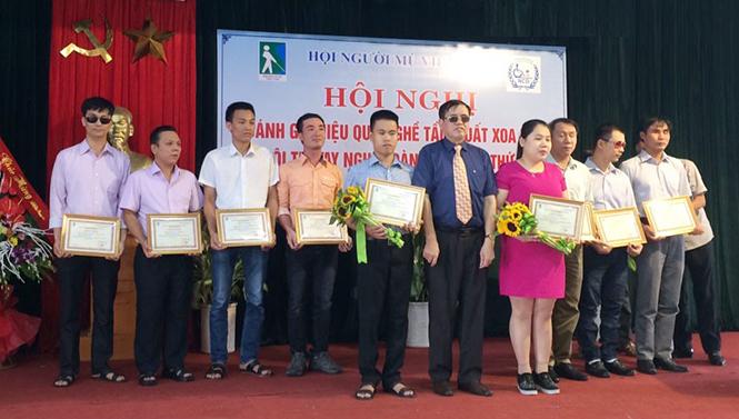 Anh Trần Xuân Thành (ôm hoa) đoạt giải nhất cuộc thi xoa bóp, tẩm quất toàn quốc năm 2016.