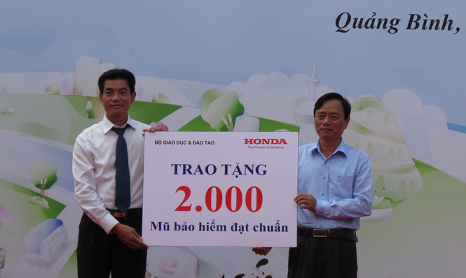 Đồng chí Đinh Quý Nhân, TUV, Giám đốc Sở GD-ĐT tiếp nhận 2.000 mũ bảo hiểm đạt chuẩn của Công ty Honda Việt Nam trao tặng.
