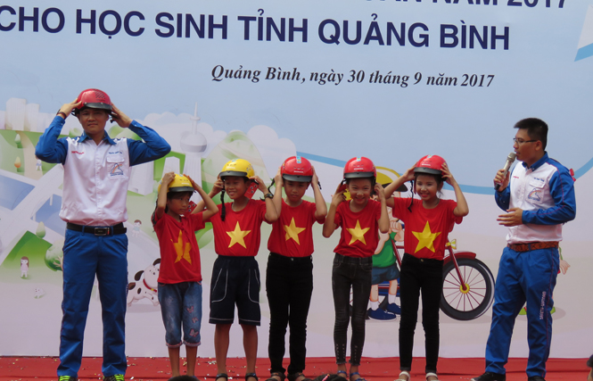 Tại buổi lễ các kỹ thuật viên của Công ty Honda Việt Nam đã hướng dẫn học sinh sử dụng mũ bảo hiểm đúng cách khi tham gia giao thông.