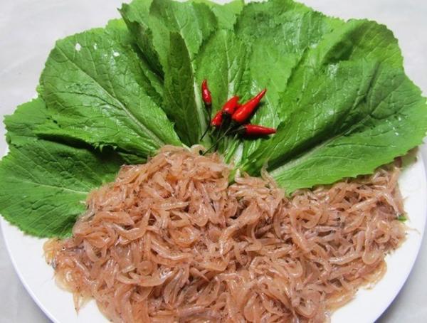 Ruốc biển (có tên gọi khác là con moi) là loài tôm nhỏ xíu, có nhiều ở vùng biển Nhật Lệ. Ruốc biển được người dân Quảng Bình chế biến theo nhiều cách khác nhau như ruốc lạt, mắm ruốc… đều là những món ăn có hương vị đậm chất Quảng Bình. Ảnh: GĐ&XH.