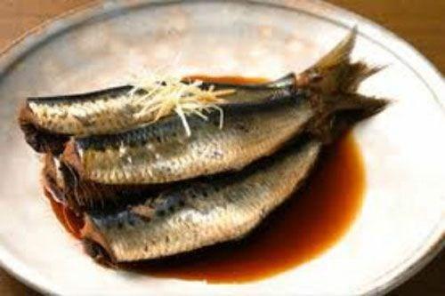 Mắm lẹp làm từ cá lẹp, một loại cá con nhỏ, mình lép kẹp. Đây là loại mắm xổi đặc trưng Quảng Bình, dùng cá lẹp trộn muối, chỉ ép lại vài ba hôm là ăn ngay được. Mắm lẹp thường được um mỡ, hành, kẹp với rau mưng được người địa phương rất ưa thích trong mỗi bữa ăn. Ảnh: Dulichquangbinh123.