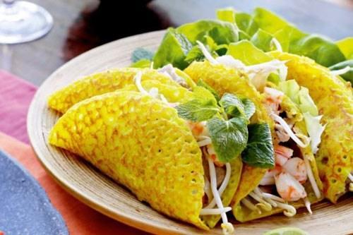 Bánh xèo Quảng Hòa: Loại bánh xèo làm bằng gạo đỏ (gạo lứt) với hoa văn nổi, đơn giản nhưng phải đủ các món kèm theo như cá chuối, nộm, rau sống, bánh đa và nước chấm. Đĩa nộm gồm có giá, rau két và vừng. Khi ăn, lấy bánh xèo cuốn rau sống, nộm, cá chuối lại rồi kẹp vào bánh đa. Bánh xèo ăn ngon nhất là lúc vừa tráng xong, bánh vừa nóng hổi mùi thơm gạo lứt vừa sần sật nộm rau sống, bánh đa. Ảnh: Internet.