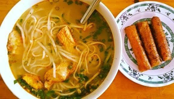 Bánh canh Quảng Bình: Ngoài bánh lọc, khi đến Quảng Bình cũng nên thưởng thức món bánh canh (cháo canh). Đây không phải là món ăn kết hợp giữa cháo và canh. Tô cháo canh là kết hợp giữa sợi mỳ cán mỏng, thêm chút thịt nạc, cá lóc, tôm kèm hành, ngò cắt nhỏ thơm lừng khi vừa bê ra cuốn hút bất cứ thực khách nào. Món ăn này càng hấp dẫn khi bạn ăn vào tiết trời mưa phùn, gió lạnh. Ảnh: Internet.