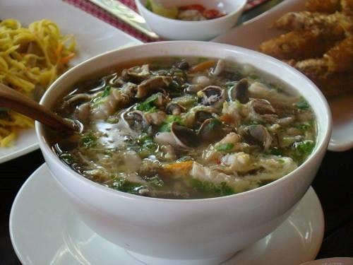 Canh nấm tràm: Canh nấm tràm là một trong những món dân dã của Quảng Bình: đơn giản và mộc mạc nhưng ngọt ngào hương vị. Theo những người bán nấm cho biết, nấm tràm không phải lúc nào cũng có mà chỉ có 2 mùa chính là vào khoảng tháng 4 và tháng 7, tháng 8 âm lịch, sau những trận mưa mát mẻ của mùa hạ. Ảnh: GĐ&XH.