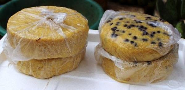 Cơm bồi: Người Minh Hóa ở Quảng Bình có món cơm bồi dẻo, thơm đặc trưng mà không nơi nào có được. Nguyên liệu dùng để chế biến cơm bồi là ngô hạt (sậu), lúa (thóc) và có thêm cả sắn gạo. Ngô hạt được ngâm vào nước sôi khoảng 2-3 tiếng đồng hồ rồi vớt ra cho ráo, bỏ vào cối giã, dần lấy bột, thấm nước lã, nhồi kỹ, đánh tơi ra, bỏ vào nghè hông (chõ đồ). Cơm bồi khi đồ chín thường được cho vào khuôn đóng thành miếng cơm để mang đi xa ăn. Ảnh: GĐ&XH.