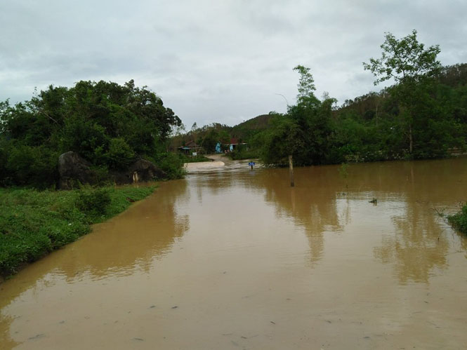 Ngầm Thang Long qua các thôn Kim Bảng ở xã Minh Hóa bị ngập sâu