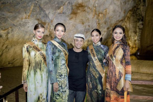 NTK Nhật Dũng (giữa) chụp ảnh kỷ niệm cùng dàn thí sinh xinh đẹp trong trang phục áo dài.