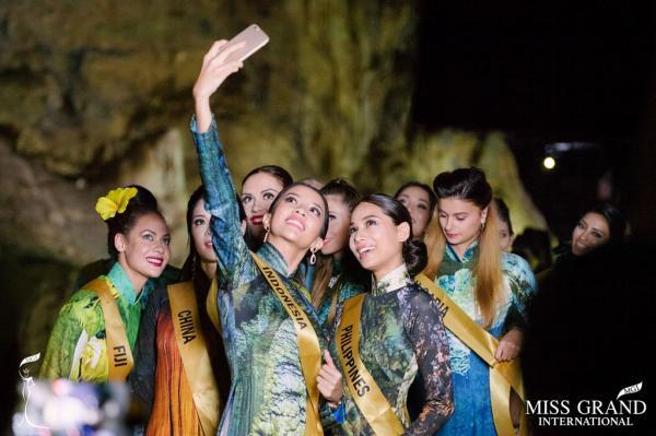 Đại diện Indonesia tranh thủ ghi lại khoảnh khắc kỷ niệm cùng các thí sinh khác.